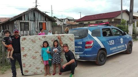 Famílias de baixa renda receberam as doações nesta sexta-feira  -  Foto:Divulgação/Notisul
