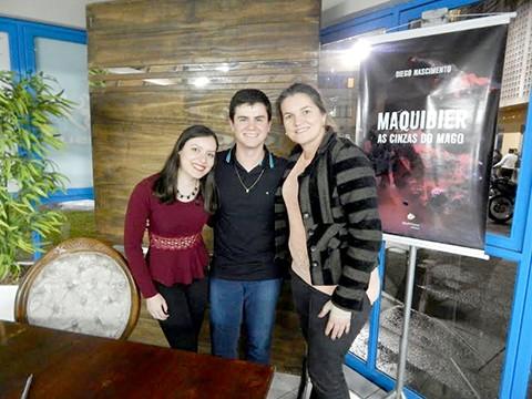 Gabriela Marques (E), Diego Nascimento e a vice-presidente do DCE, Luzimary Della Justina Stange. - Foto:Divulgação/Notisul