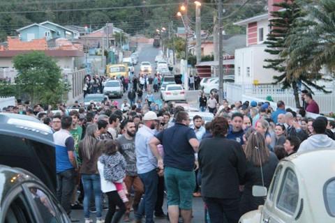 Correligionários cercaram o prefeito reeleito logo após o término da apuração dos votos. - Foto: Rafael Andrade/Notisul.
