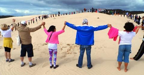 Em 2014, as dunas da Ribanceira receberam um abraço simbólico dos moradores   -  Foto:Eduardo Rosa/Divulgação/Notisul