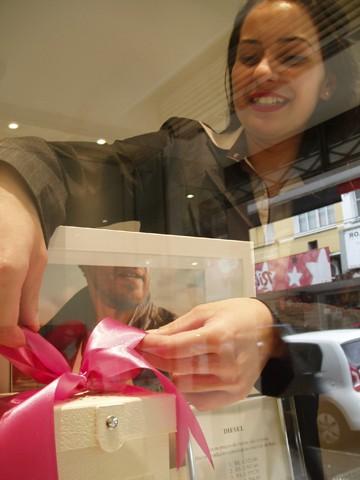 Jaqueline garante que a cor rosa chama mais a atenção dos clientes  -   Foto:Kalil de Oliveira/Notisul