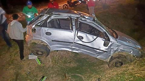 Carro ficou completamente destruído após motorista capotar às margens da BR-101. - Foto: Portal AHora/Divulgação/Notisul.