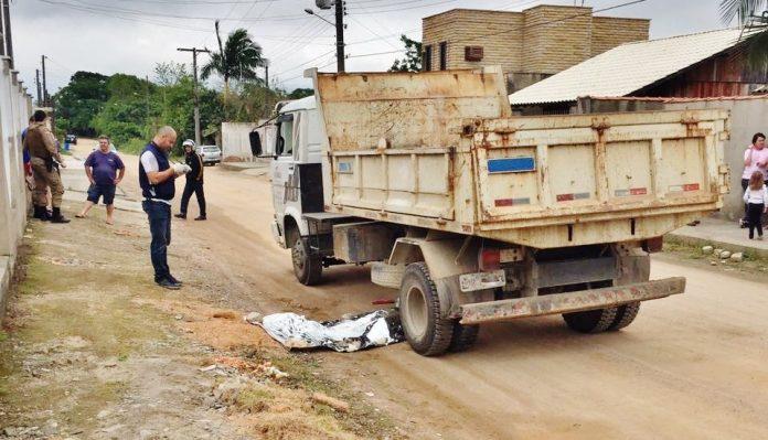 Mulher ainda não foi identificada. Corpo ficou sob o caminhão-caçamba em uma rua de estrada de chão batido no bairro Revoredo, em Tubarão. Fotos: Divulgação/Notisul