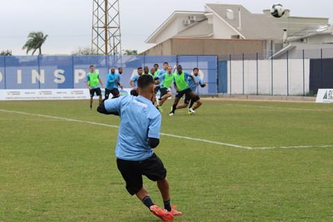 Everton Jr. cobra falta em treino do Atlético Tubarão  -  Foto:William Lampert/Divulgação/Notisul