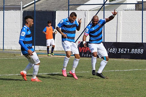 Elenco do Atlético Tubarão comemora com 'dança' o segundo gol do grupo. - Foto: William Lampert.