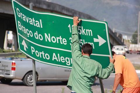 Trabalhadores coordenados pelo Dnit atuam na recolocação das placas em pontos estratégicos da BR-101 -  Foto:Dnit/Divulgação/Notisul