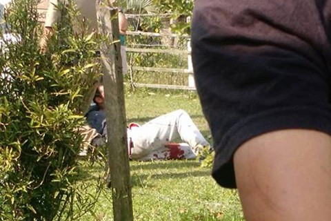 Um dos bandidos apontou uma arma para os policiais, que reagiram e conseguiram detê-lo. Ele foi baleado, levado ao hospital e depois seguiu à delegacia  - Foto:Leonardo Diogo/Divulgação/Notisul