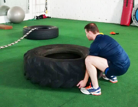 Atleta levanta pneu de caminhão em treino   -  Foto:Maicon Fernandes/Divulgação/Notisul