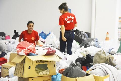 Diversas pessoas colaboraram com os mais necessitados com donativos ou doando o seu tempo em organizar e separar os produtos  -  Foto:Luiz Henrique Fogaça/PMT/Divulgação/Notisul