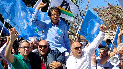 Rosevaldo ontem na festa da vitória, em Imbituba. - Foto: Divulgação/Notisul.