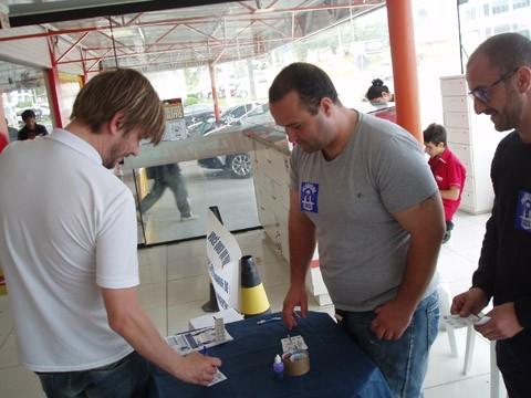 Público votou em cédulas de papel na entrada de um  supermercado  -  Foto:Kalil de Oliveira/Notisul