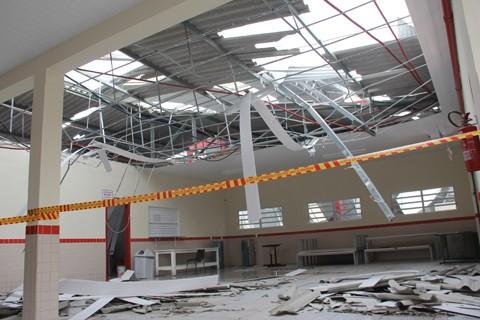 Na escola do Km 60, a força do vento arrancou o  telhado e abriu rachaduras no teto e nas paredes  -  Foto:Jailson Vieira/Notisul