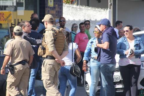 PM ficou de prontidão na frente de vários colégios eleitorais da região, como este no bairro Oficinas, em Tubarão  -  Foto:Rafael Andrade/Notisul