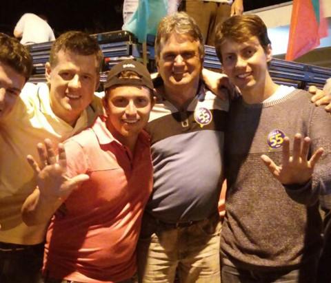 Candidato foi acompanhado por correligionários após o anúncio da vitória   -  Foto:Divulgação/Notisul