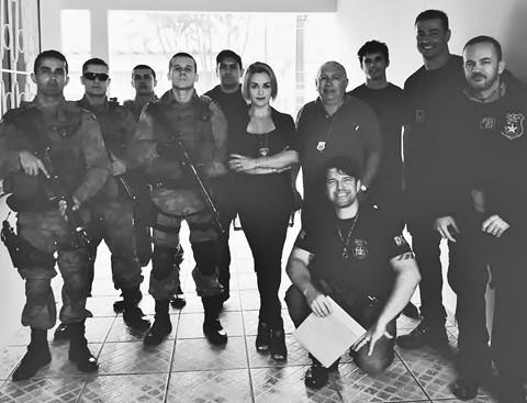 Equipe que participou da operação ontem. Delegada Vivian Garcia Selig comandou policiais  -  Foto:Divulgação/Notisul