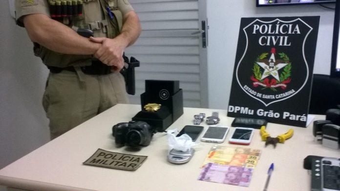 Droga, relógios, máquina fotográfica, celulares e dinheiro foram apreendidos em Grão-Pará   -  Foto:Polícia Civil de Grão-Pará/Divulgação/Notisul