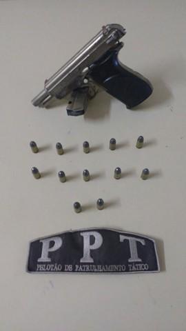 Pistola estava de posse do jovem, que já foi encaminhado ao Presídio de Tubarão  -  Foto:Divulgação/Notisul