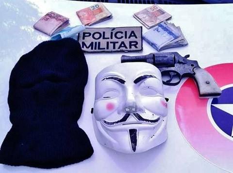 Quarteto estava com touca, máscara, revólver, drogas e dinheiro proveniente dos roubos em duas cidades  - Foto:Polícia Militar de Laguna/Divulgação/Notisul