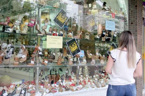 Consumidores estão atentos as promoções de fim de ano no comércio de Tubarão  -  Foto:Lysiê Santos/Notisul