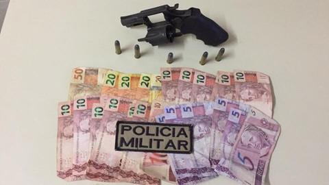 Arma e dinheiro foram encaminhados à delegacia para os procedimentos cabíveis  -  Foto:Polícia Militar de Tubarão/Divulgação/Notisul