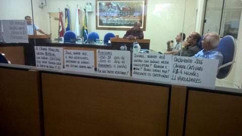 Grupo 'Observatório' protesta contra o mau uso do dinheiro público  -  Foto:Ivete Vargas/Divulgação/Notisul