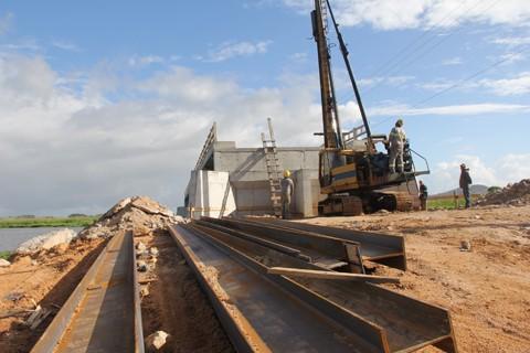 Cabeceiras da ponte estão em fase de estaqueamento. Previsão é que a obra seja concluída em janeiro do próximo ano  -  Fotos: Lysiê Santos/Notisul