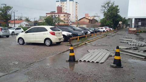 O vento derrubou telhas no Ginásio da Unisul, em Tubarão, e causou outros danos em residências e escolas do município  - Foto:Divulgação/Notisul