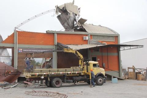 Vários galpões foram destruídos na passagem da tempestade do mês passado  -  Foto:Rafael Andrade/Notisul