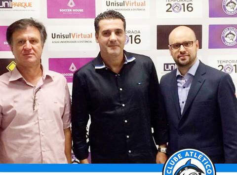 Gilmar Negro Machado - presidente do clube (E), técnico Marcelo Mabília (C) e Luiz Henrique  -  Foto:C. A. Tubarão/Divulgação/Notisul