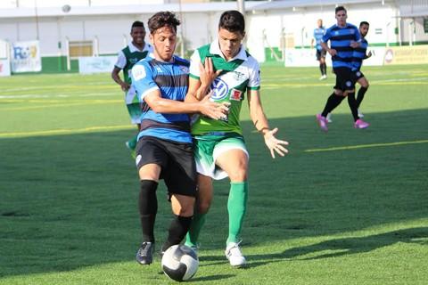 Everto Jr. disputa a bola com o atleta adversário  -  William Lampert/Atléltico Tubarão/Divulgação/Notisul