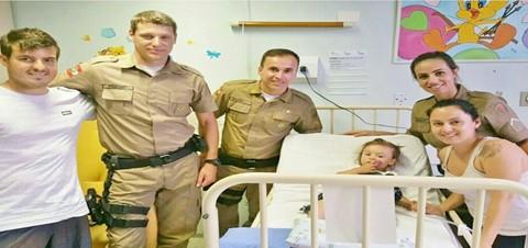 Família de Lara recebeu policiais, ontem, em hospital de Florianópolis  -  Foto:Divulgação/Notisul