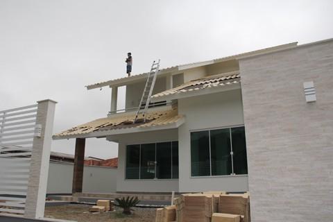 Exatos 1 mês depois, tubaronenses continuam reconstrução de residências e estabelecimentos comerciais atingidos por vendaval  -  Foto:Rafael Andrade/Notisul