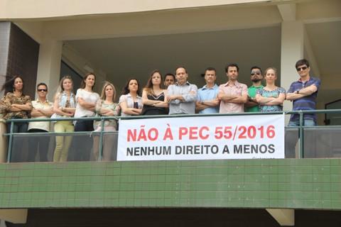 Servidores do judiciário de Tubarão se manifestaram contra a proposta que limita os gastos públicos  -  Foto:Lysiê Santos/Notisul