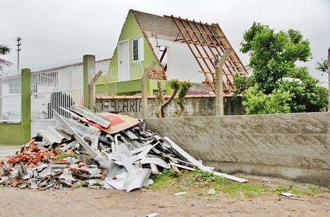 Casas e estabelecimentos comerciais estão em fase de reconstrução em Tubarão e região  -   Foto:Rafael Andrade/Notisul