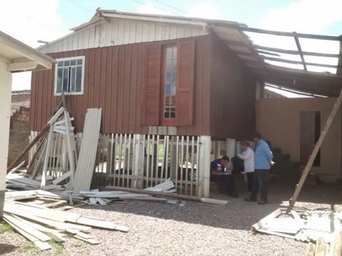 Defesa Civil de Tubarão e região distribuiu telhas às vítimas atingidas pelo fenômeno  - Foto:Daniel Fernandes Camilo/Divulgação/Notisul