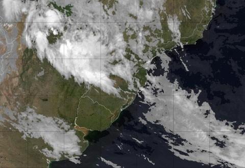 Imagem de satélite mostra o Estado parcialmente coberto. Frente fria deve chegar amanhã  -  Foto:Divulgação/Notisul