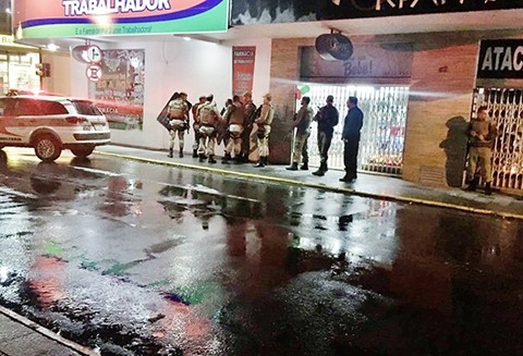Polícia cercou ruas e avenidas nas proximidades do Banco do Brasil (agência Centro). - Foto: Polícia Militar de Tubarão/Divulgação/Notisul