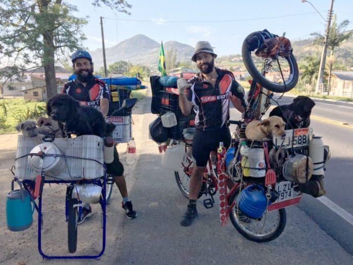 Gilvaci (E) e Jaison seguem viagem ao lado de seus pets  -  Foto: Nazareno Schmoller Souza/notisul