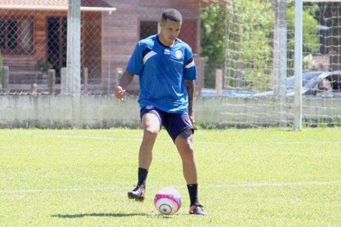 Batista participou, ontem à tarde, do treino em Capivari de Baixo  -  Foto: Atlético Tubarão/Divulgação/Notisul