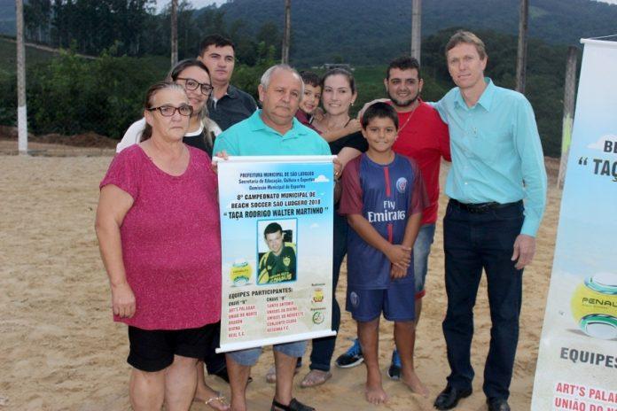 Familiares de Rodrigo Martinho com o prefeito Volnei Weber  -  Foto: Bertoldo Kirchner Weber/Prefeitura de São Ludgero/Divulgação/notisul