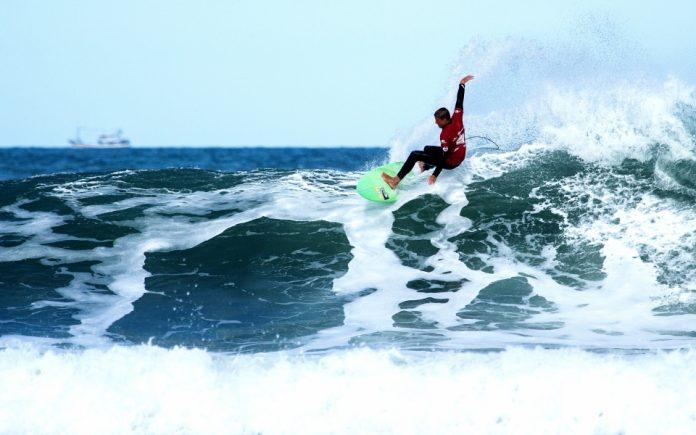 Surfista Carlos Henrique, categoria mirim. Foto: Manoel Rene/Divulgação/Notisul