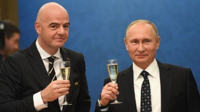 Gianni Infantino, presidente da Fifa, e Vladimir Putin, presidente russo, em encontro durante o sorteio dos grupos em dezembro.