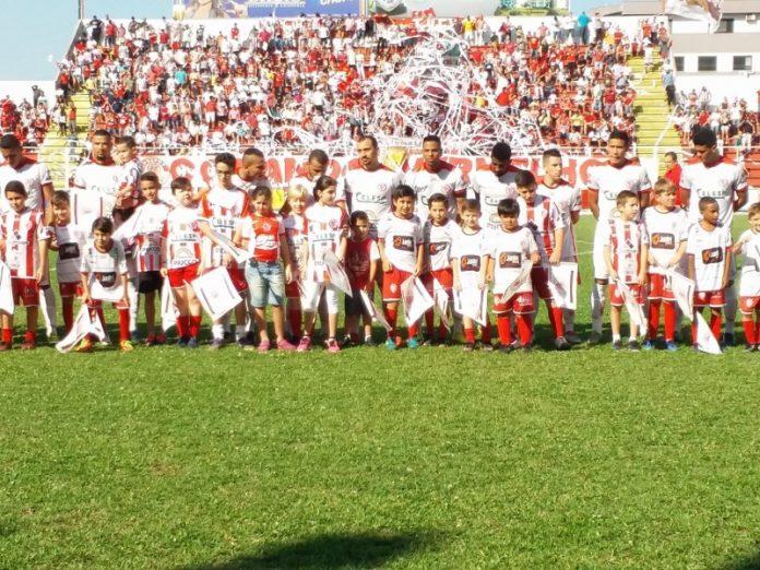 Crianças das categorias de base interagem com profissionais do Leão do Sul. Foto: Hercílio Luz/Divulgação