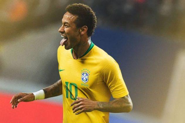 Neymar aparece com o novo uniforme da seleção (Emmanuel Dunand/AFP/Getty Images)
