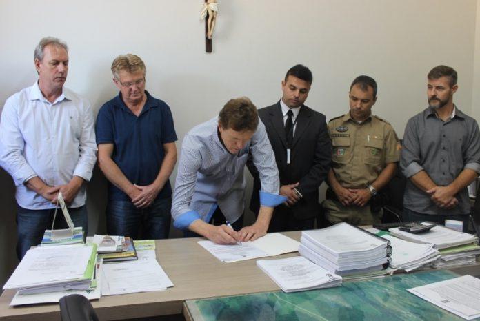 Assinatura e entrega da Ordem de Serviço Foto: Bertoldo Kirchner Weber/Assessor de Comunicação Município de São Ludgero