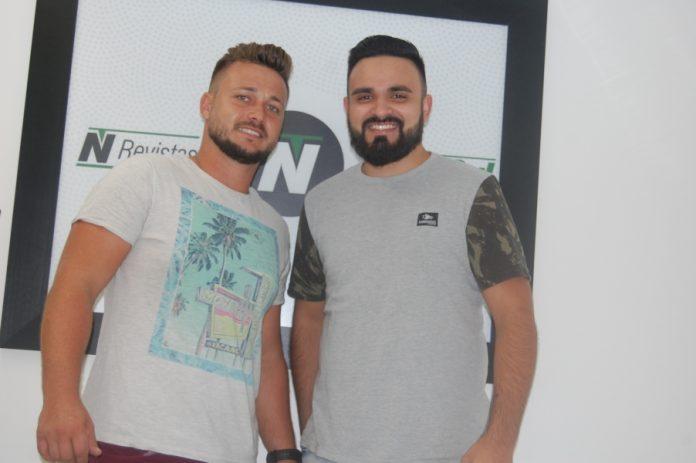 Os cantores sertanejos Jeferson (E) e Júnior entrevistados do Notisul em março, também participarão do evento