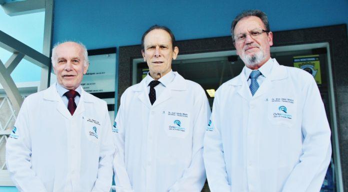 Dr. Vilmar Loch (E), Dr. José Adonis Ribeiro (D) e Dr. Ilton Ghisi Bristot administraram a Ortoimagem, em Tubarão - Foto: Rafael Andrade/Notisul