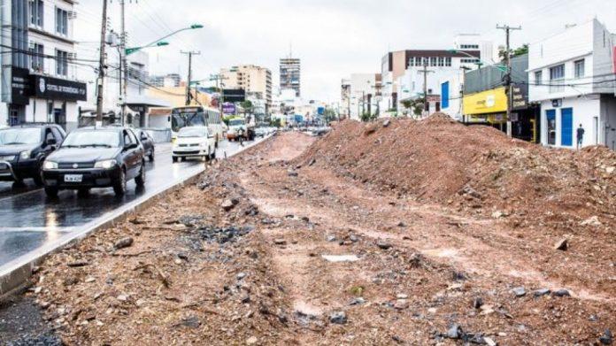Canteiros abandonados ficam em avenidas importantes da região metropolitana de Cuiabá.