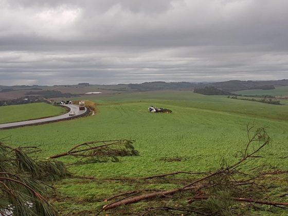 Caminhões tombaram às margens da rodovia devido ao forte vento |