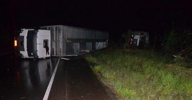 Caminhões tombaram às margens da rodovia devido ao forte vento | Foto: Rádio Acústica FM 91.9 / CP